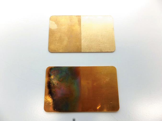 耐熱性を示すサンプル。真鍮やステンレスなどの金属にバーナーを焼き付けても無機皮膜を施した部分(右側)は変形・変色しない。