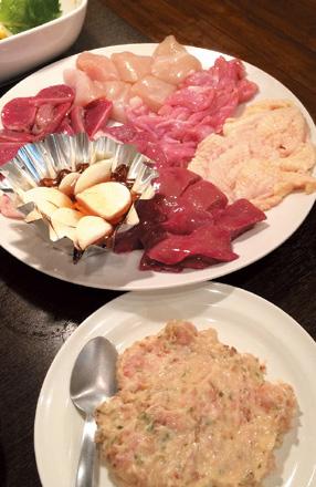 モモ 600円、ムネ 550円、ハラミ 400円など奈良の大和肉鶏をつかった焼鳥。 中川社長のイチオシは、ハラミの塩焼きで「キャベツで巻いて食べると最高」。