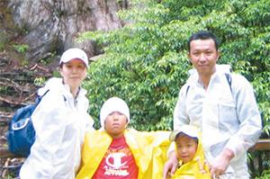 2007年の家族写真。新しい挑戦に肩を押してくれているのは、経営パートナーの夫をはじめ、二人の息子の存在だ。