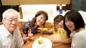 現会長である祖父と母親、妹との家族写真。妹(右から2番目)は、同社で関西エリアおよび海外の営業を担当している。