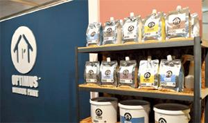 母親が経営する宝栄産業株式会社が製造する機能性遮熱塗料を「OPT IMUS(オプティマス)」ブランドで販売。