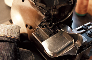 ヴィンテージのミシン。オリジナルの糸を使って、絶妙なステッチを生み出す。