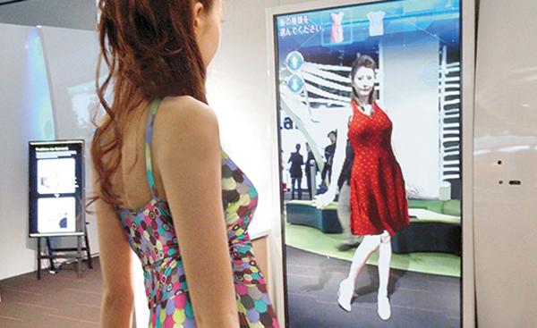 バーチャル試着。大型モニターに映る自分の姿に、着てみたい服が合成される。サイドや後ろ姿も確認が可能。