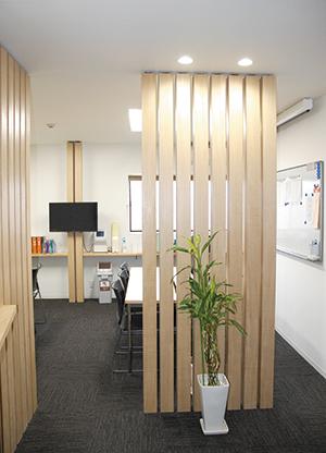 工場は汚いというイメージを刷新し、魅せるオフィスを意識してリフォームした打合せスペース。