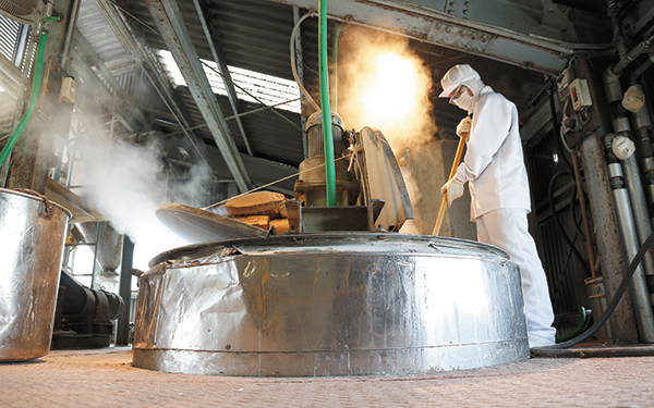 今では珍しい、昔ながらの「釜焚き製法」。