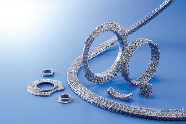 ワイヤーメッシュ製品は高温に耐え、エンジンやマフラー周りの制振・緩衝などの機能を持つ。独自開発の切屑が少ない仕上げは独自のノウハウだ。