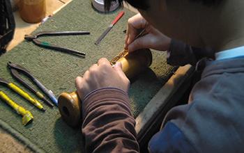 木のゆがみや割れを防ぐため木を製材したのち3~10年寝かせている。仕上げは手づくりの刃物や工具を使う。