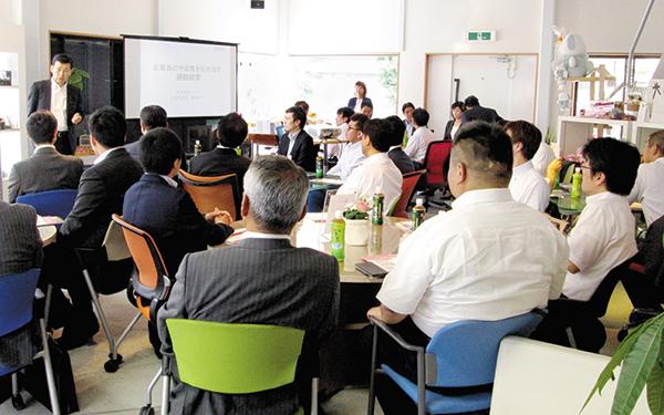 他県の商工会から、年に4~5回行われる企業訪問。HEADSの理念を学ぶ。
