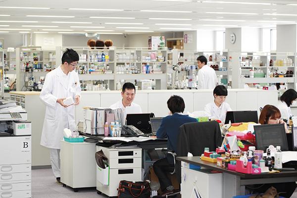 研究開発部門を含む全部門がワンフロアに集約されている。