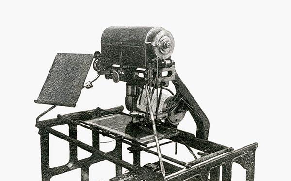 日本語の文字が全て四角いことに気づき、発明に至った最初の試作機。