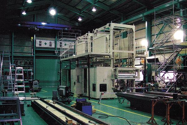 大型の産業用機械が並ぶ工場。