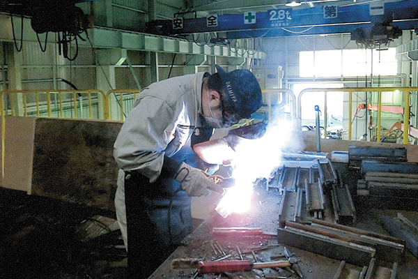 入社後1年間はまず溶接加工から始め、ひと通りの仕事を経験する。