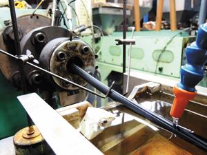押出機から送り出された樹脂は冷却工程へと進み、さらに細工が施される。