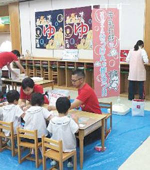 子どもたちに手洗いや入浴に親しみを持ってもらうための出張授業も。