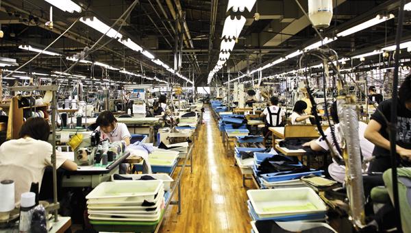 すべて国内の自社工場で一貫生産されているオーダースーツ。