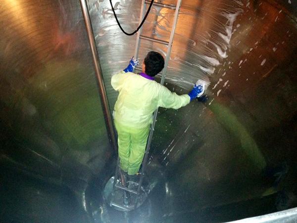 直径3メートルの量産機は、人が中に入って清掃する。掃除の道具は、装置に応じて自分たちでつくるという。