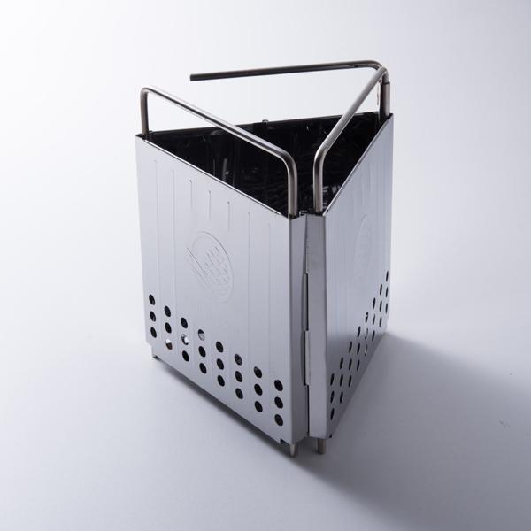 一人キャンプ用に使える2層構造ストーブ。コンパクトに折り畳むことができる。
