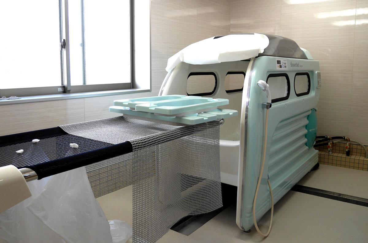 要介護の方にとって入浴は体力を使う。國京氏自らいろいろな入浴機器を試し選定した。