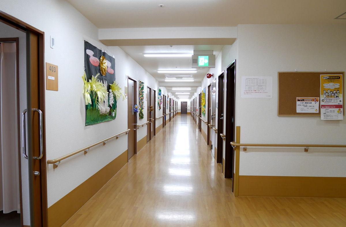 「スマイルらいふ寝屋川」の施設内。共有スペースや廊下などゆとりをもった設計となっている。