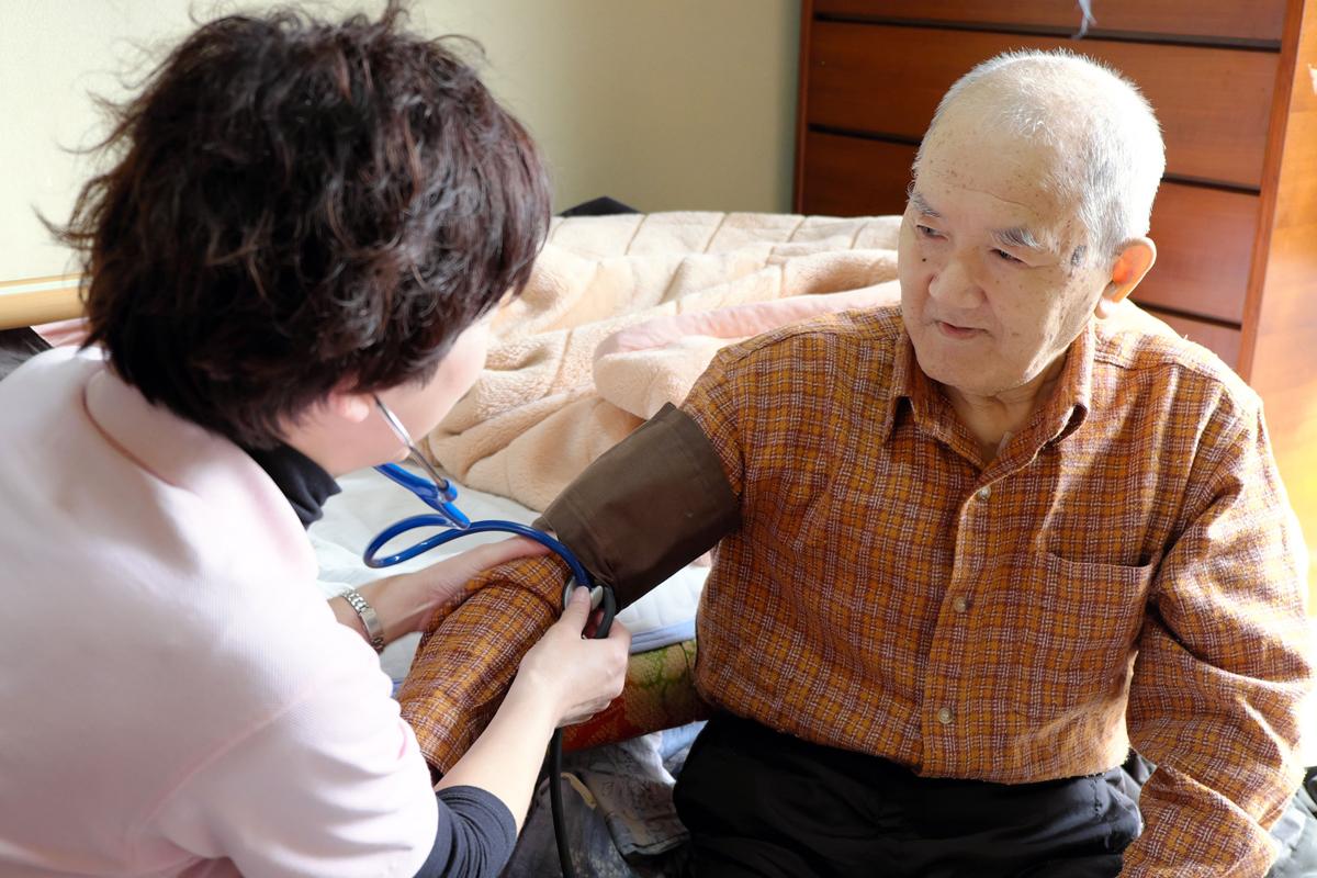 自宅で過ごしたいと思う人は多く、国も在宅医療を進めている。