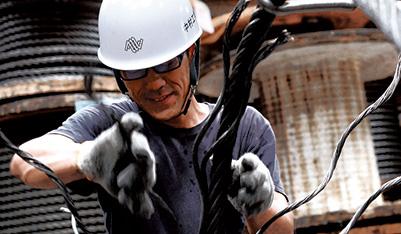 磨き抜かれた技術と肉体で産業の命綱を編み上げる