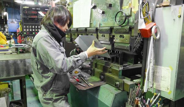 曲げて、切って、プレスして。一枚の金属板が職人技で姿を変える