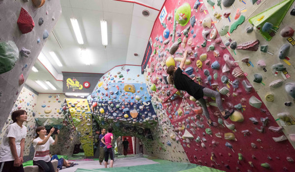 「どんなに高い壁も登りきる、それが面白い」日本初のインドアクライミングジム「CITY ROCK GYM」